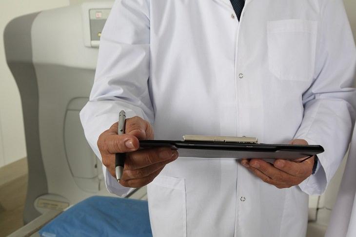 שיר על הטוב שברע: רופא מחזיק גיליון בדיקות