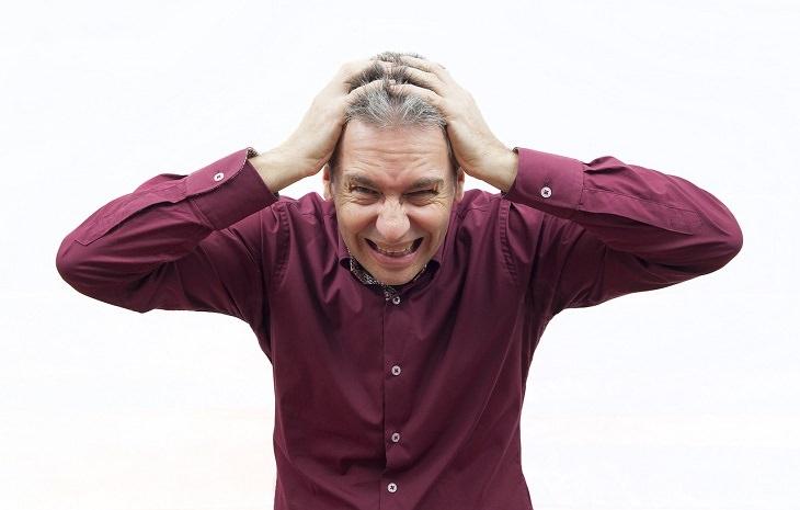 מידע על מחלת הפרקינסון ודרכי מניעתה: אדם תופס את ראשו