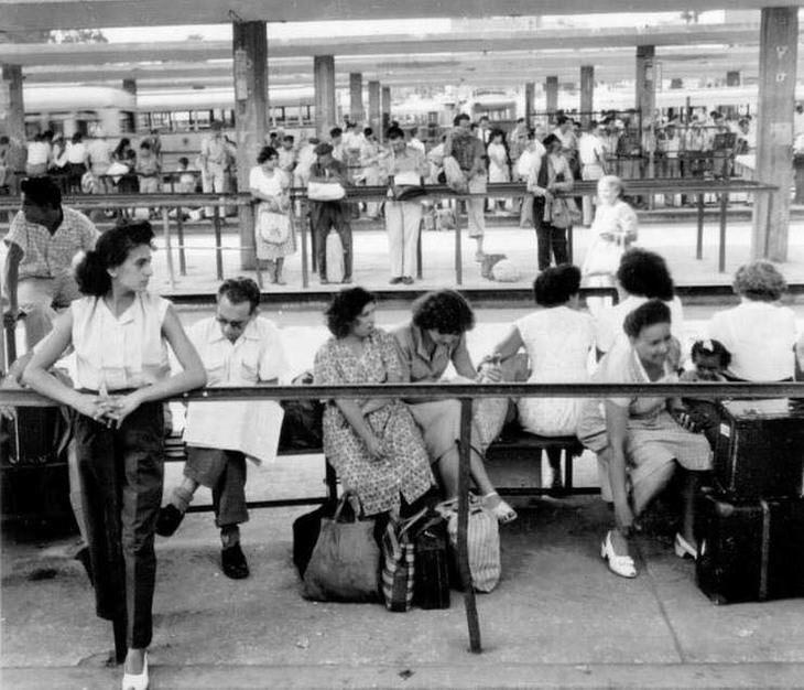 תמונות מתל אביב של פעם: אנשים ממתינים לאוטובוס בתחנה המרכזית הישנה