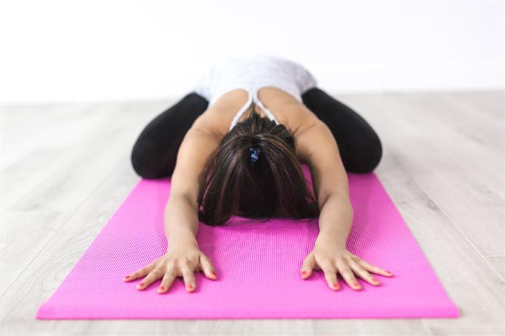 מה השעה שבה אתם מתעוררים אומרת על הנפש שלכם: אישה עושה מתיחת יוגה
