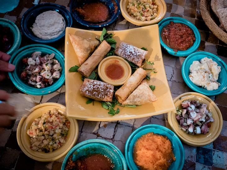 מתכונים מרוקאים: שולחן עם מנות מהמטבח המרוקאי