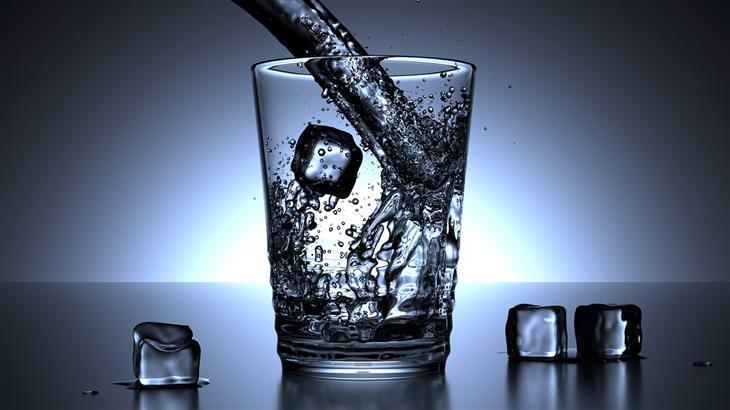 מה השעה שבה אתם מתעוררים אומרת על הנפש שלכם: כוס מים עם קרח