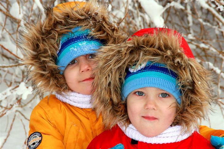טיפים מאמהות חכמות: תאומים לבושים בבגים בצבעים שונים