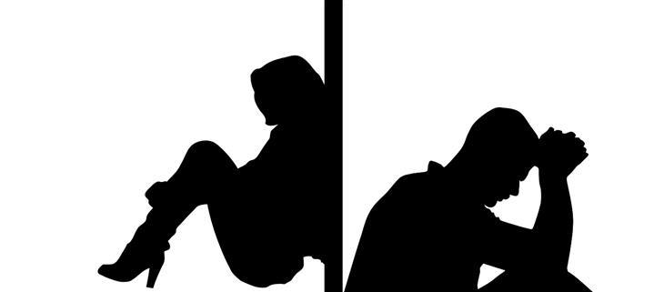 איך להתמודד עם בני זוג רגישים יתר על המידה: צלליות של בני זוג בצדדים מנוגדים של קיר נראים מדוכדכים