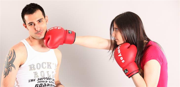 איך להתמודד עם בני זוג רגישים יתר על המידה: אישה עם כפפות אגרוף נותנת אגרוף לגבר שנראה כי אינו מוטרד כלל