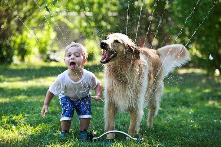 ילדים וחיות מחמד: ילד וכלב שותים ממטרה