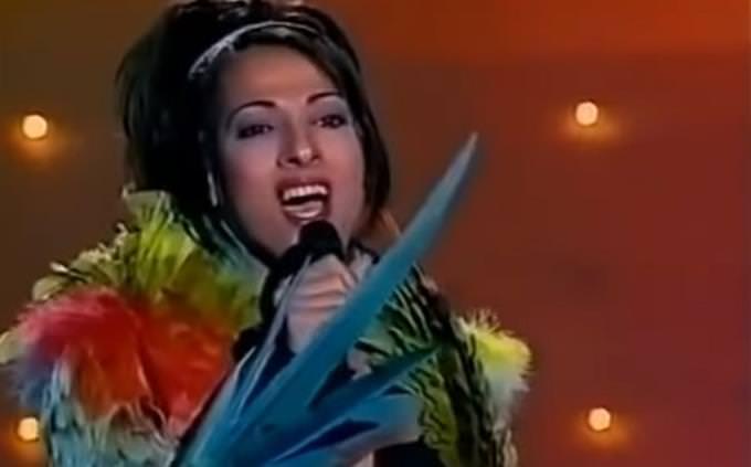 מבחן טריוויה: דנה אינטרנשיונל בהופעה על במה עם ג'קט נוצות תוכי