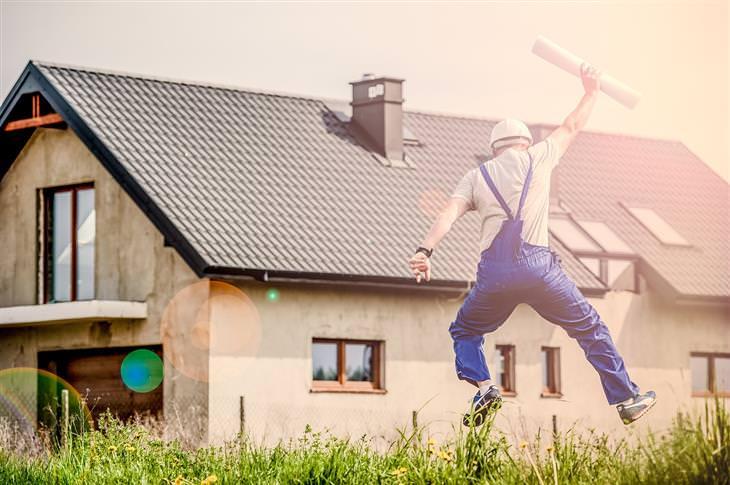 טיפים לשיפור המצב הכלכלי: קבלן בניה קופץ מאושר מול בית
