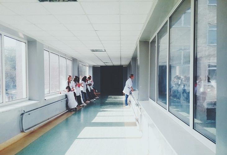 חידות בלשיות: מסדרון בית חולים עם נשים בחלוקים
