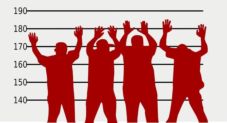 חידות בלשיות: איור של 4 אנשים על רקע קיר למסדר זיהוי