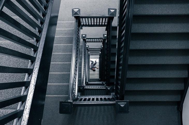 חידות בלשיות: גופה בתחתית גרם מדרגות