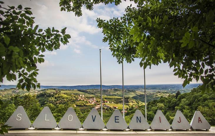 """סלובניה: אותיות המרכיבות את המילה """"סלובניה"""" באנגלית על גבי אבנים מעוצבות"""