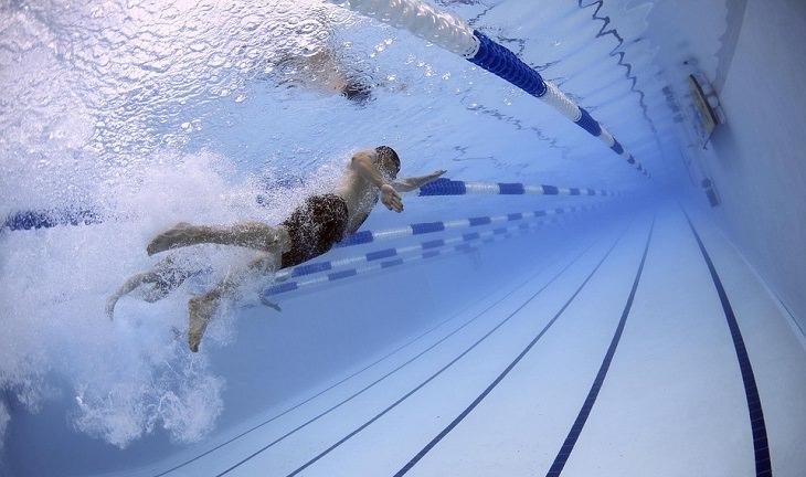 יתרונות שחייה: גבר שוחה בבריכה
