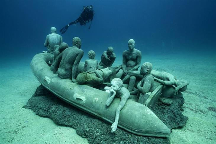 פסלים תת מימיים של ג'ייסון טיילור: אנשים על סירת הצלה