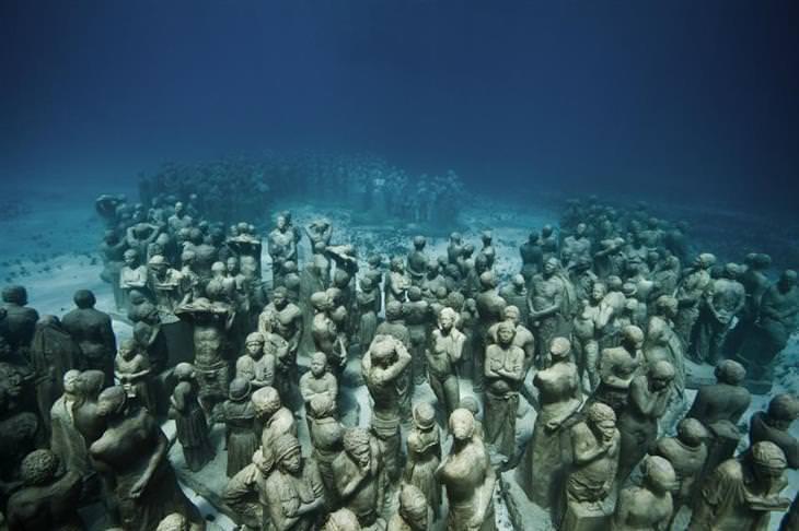 פסלים תת מימיים של ג'ייסון טיילור: עשרות פסלים של אנשים מקובצים יחדיו
