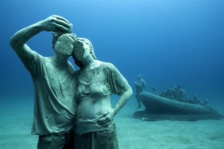"""פסלים תת מימיים של ג'ייסון טיילור: פסל של זוג שמצלם """"סלפי"""", ללא פנים"""