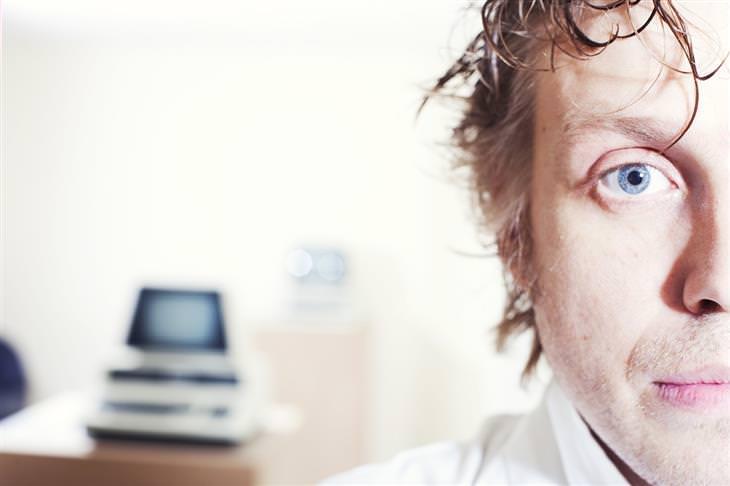 שאלות שצריך לשאול כשמודאגים: איש שנראה מודאג במשרד
