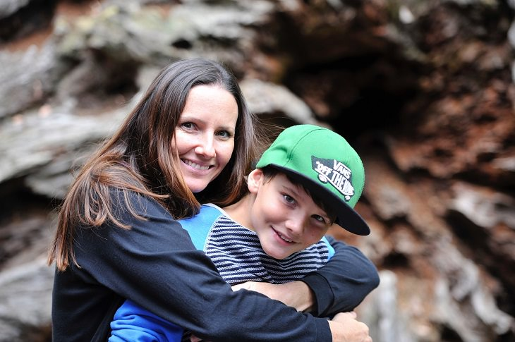תסמונת ילד הסנדוויץ': אם מחבקת את בנה