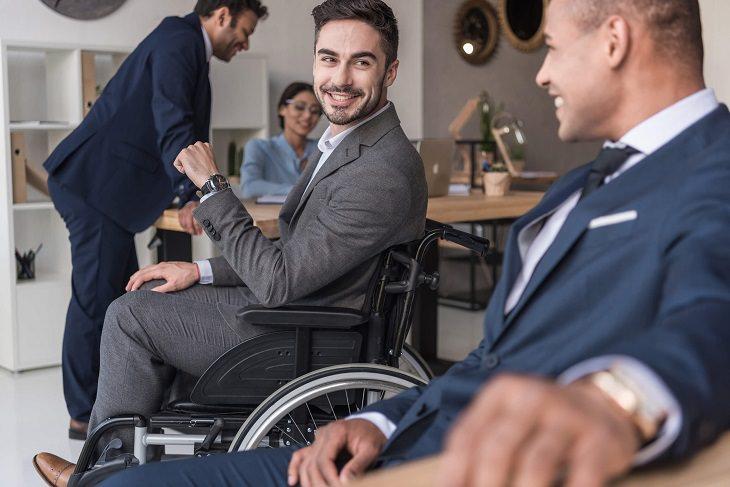 שירותים מונגשים: איש בכיסא גלגלים בסביבה משרדית