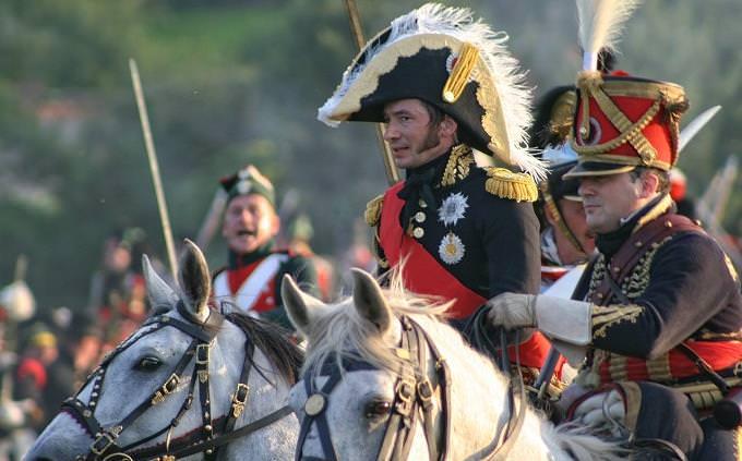 מבחן טריוויה: שחקן רכוב על סוס בתלבושת של נפוליאון
