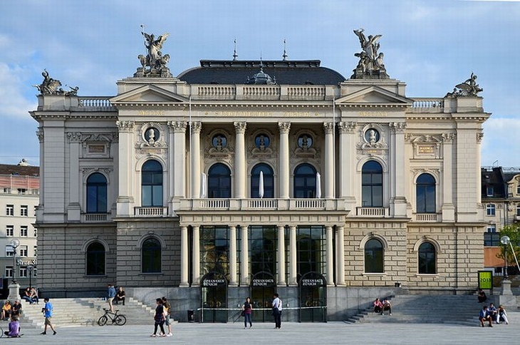 אטרקציות בציריך: בית האופרה הנוכחי בעיצוב ניאו-קלאסי