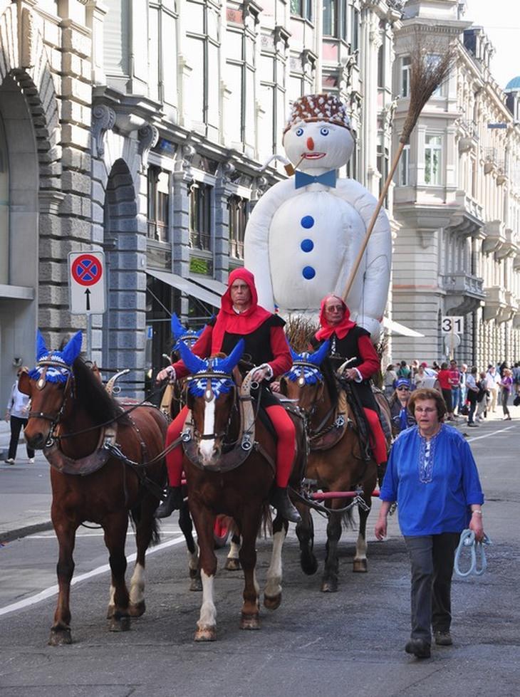 אטרקציות בציריך: איש השלג בדרך למוקד בתהלוכת פסטיבל האביב