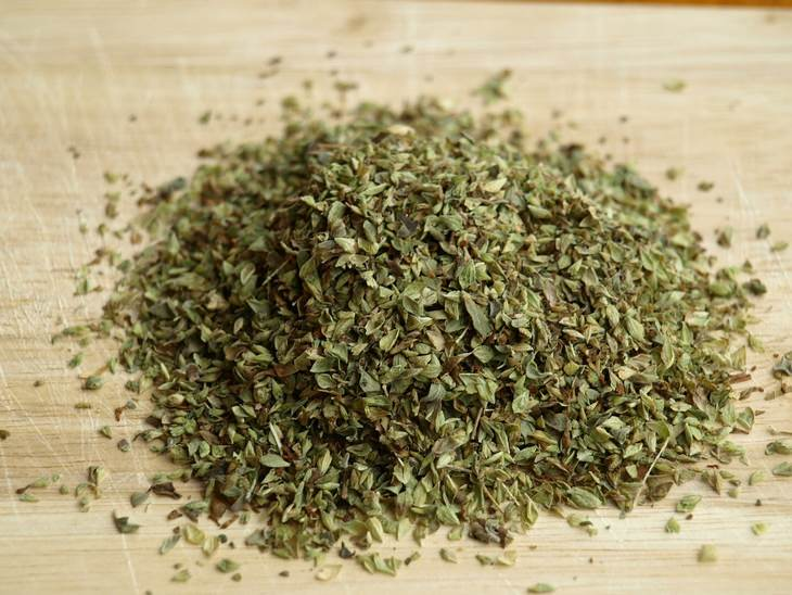 יתרונות ומתכון לחליטה תה אורגנו: ערמת אורגנו יבש על משטח עץ