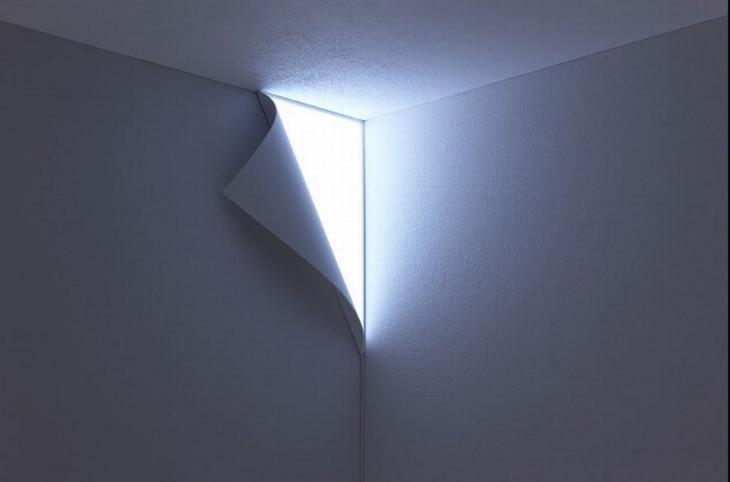 מוצרים בעיצובים מיוחדים: מנורת קיר שנראית כאילו היא מסתתרת מאחורי טפט