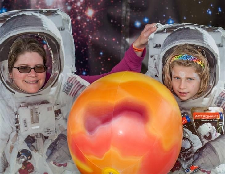 אירועי שבוע החלל הישראלי: אמא ובת מצטלמות בתוך חליפות אסטרונאוטים