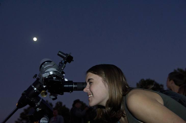 אירועי שבוע החלל הישראלי: אישה מסתכלת דרך טלסקופ