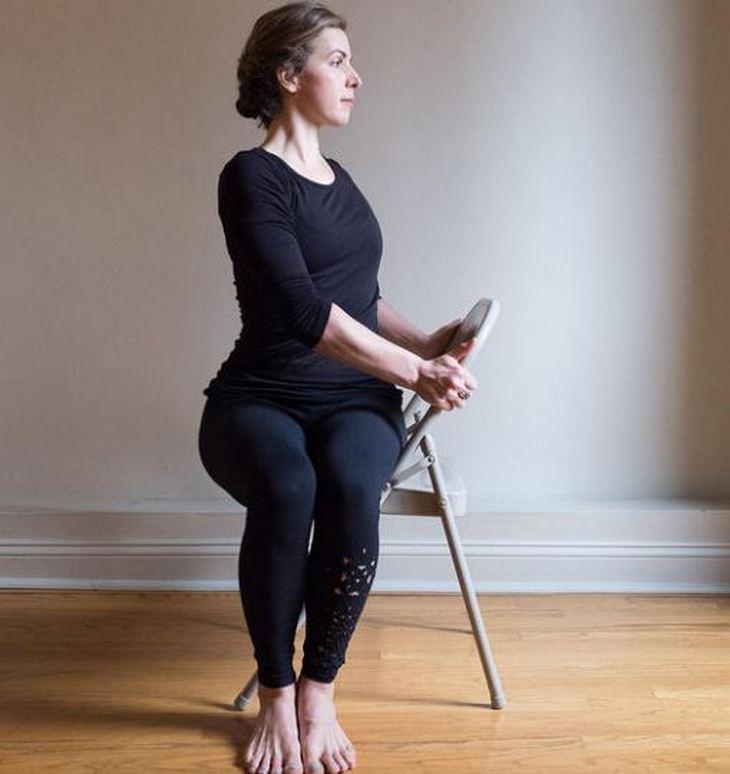 שחרור כאבי צוואר: אישה מסובבת ומפתלת את גבה