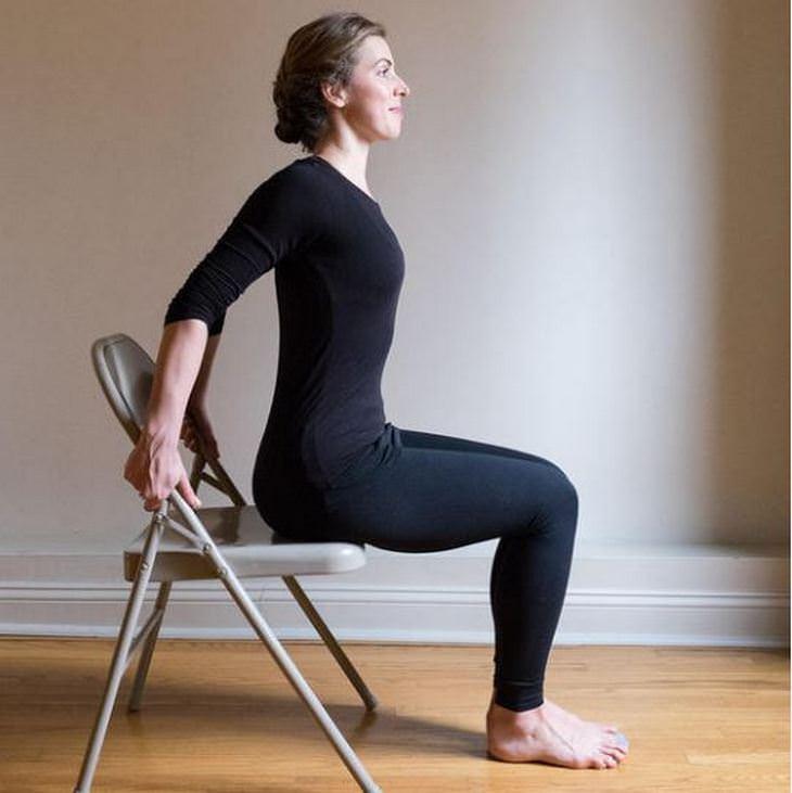 שחרור כאבי צוואר: אישה מיישרת את הגב ומותחת את בית החזה