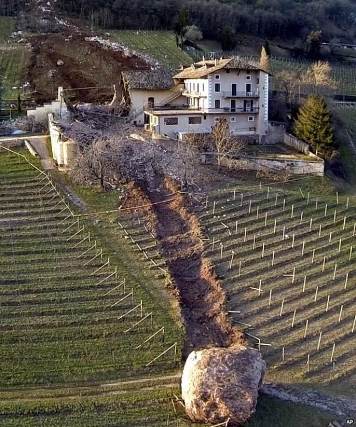 תמונות שלא רואים כל יום: סלע שהרס בית באיטליה במהלך נפילתו במדרון