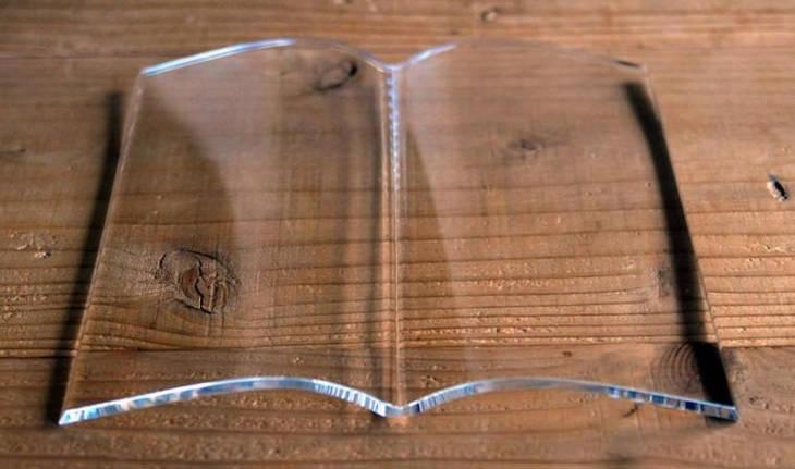 מוצרים בעיצובים מיוחדים: משקולת נייר שקופה בצורת ספר פתוח