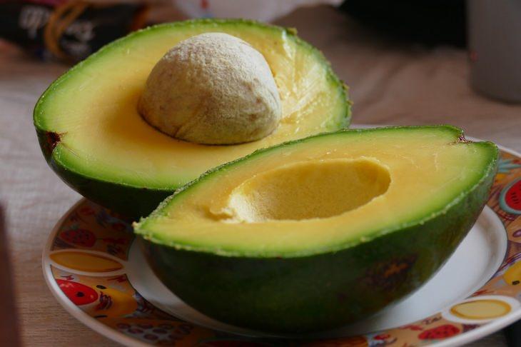 מזונות שהם משלשלים טבעיים: אבוקדו חצוי לשניים מונח על צלחת
