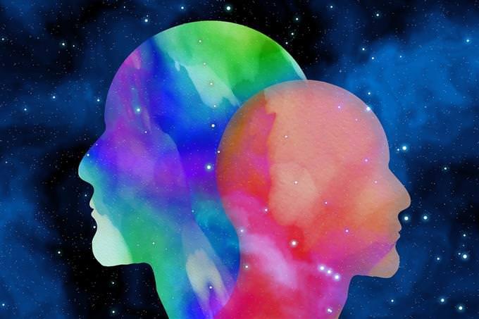 איור של שני ראשים אחד מול השני על רקע חלל