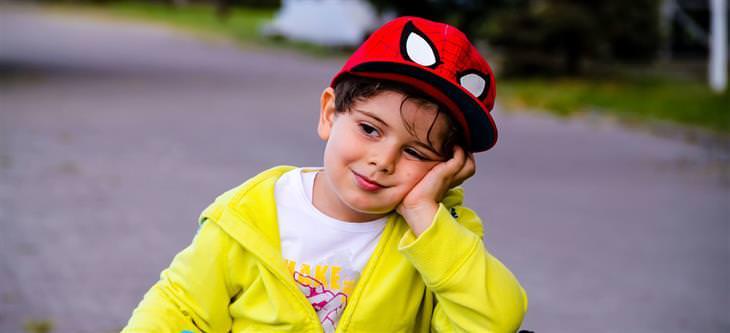 איך להתמודד עם תלונות של ילדים על בית הספר: ילד שנראה משועמם