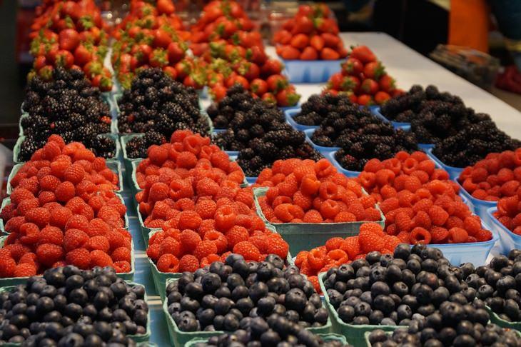 מזונות שהם משלשלים טבעיים: קופסאות של פירות יער מוצגות על דוכן
