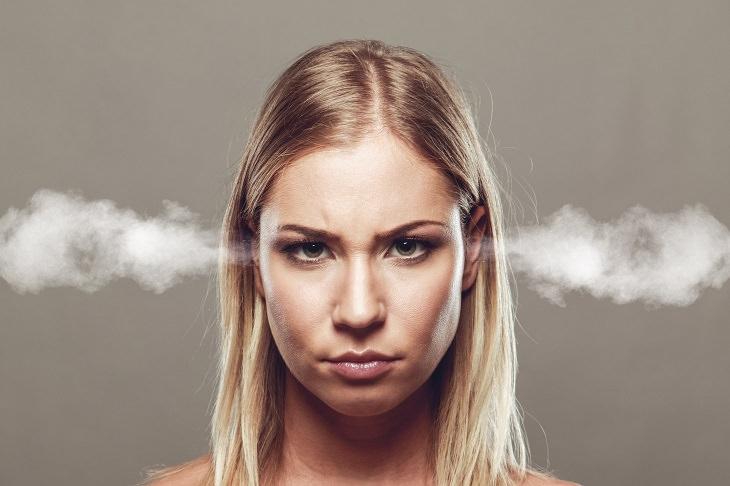 סימנים לכך שאתם סובלים מרגשי נחיתות: אישה שיוצאים לה אדים מהאוזניים
