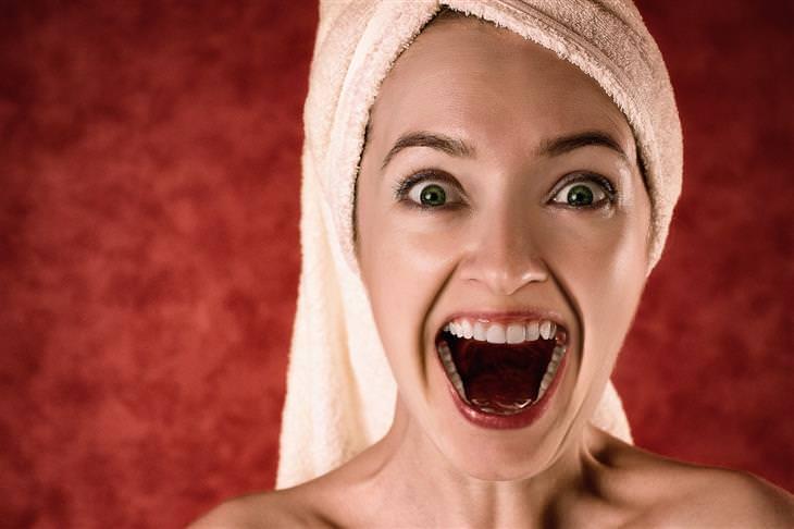 עצות להצלחה שצריך לקחת בערבון מוגבל: אישה מחייכת בצורה מוגזמת