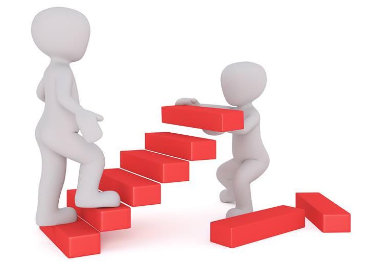 עצות להצלחה שצריך לקחת בערבון מוגבל: איור דיגיטלי של איש עולה במדרגות ואיש אחר מציב אותן עבורו