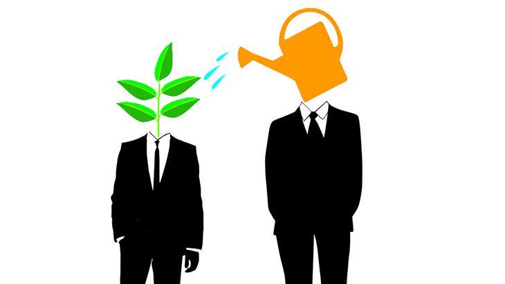 עצות להצלחה שצריך לקחת בערבון מוגבל: איור של שני אנשים בחליפה, כשבמקום ראש יש להם משפך וצמח, והאחד משקה את השני