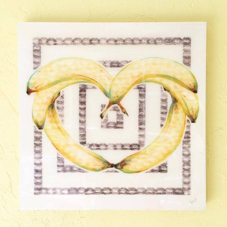 אומנות עם שפתון-ליפסטיק: ציור של בננות על רקע מסגרות של סימוני נשיקות