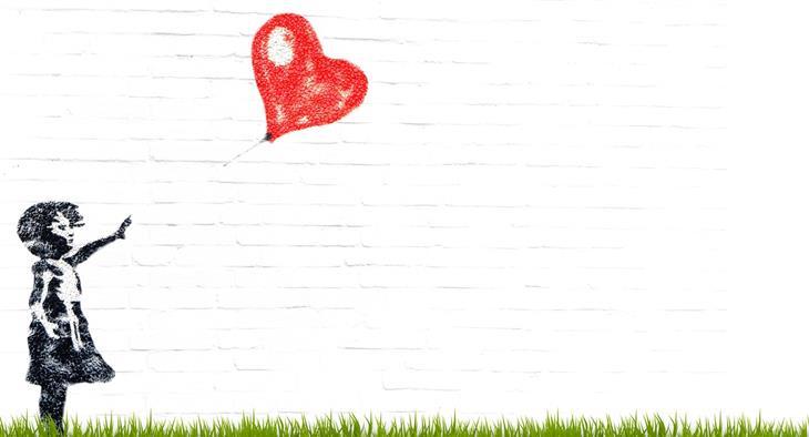 טיפים לרוגע על פי האסכולה הסטואית: ציור קיר של ילדה משחררת בלון בצורת לב