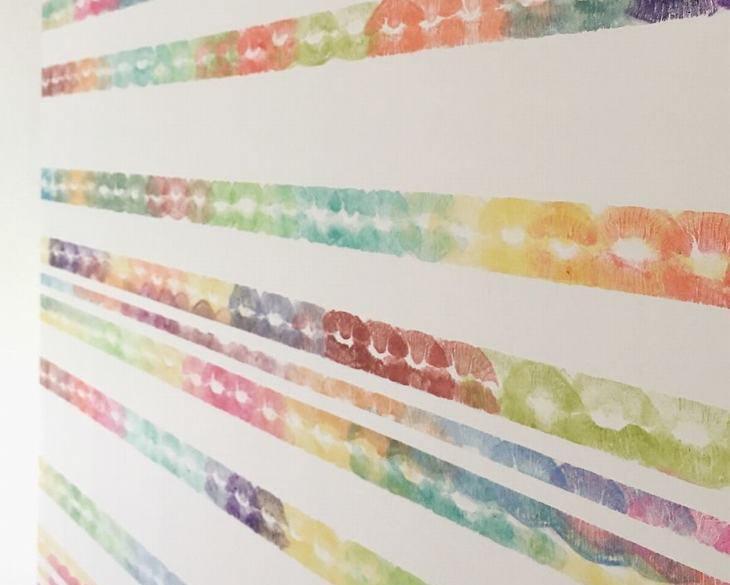 אומנות עם שפתון-ליפסטיק: בד ציור עם הטבעת נשיקות בצבעים שונים