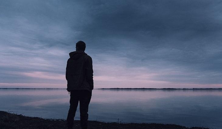 איבופרופן ופגיעה בפוריות: גבר בודד על שפת הים