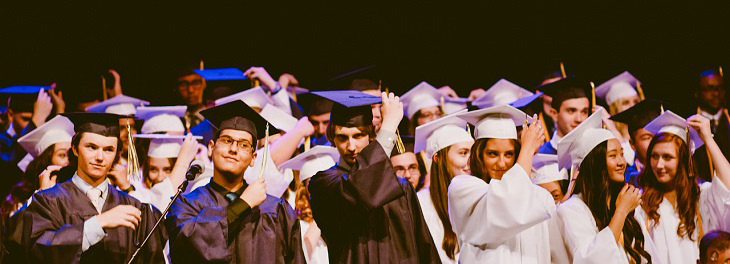דברים שאתם צריכים לדעת על כסף מגיל צעיר: סטודנטים בטקס סיום