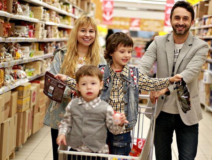 הורים וילדים: משפחה בקניות