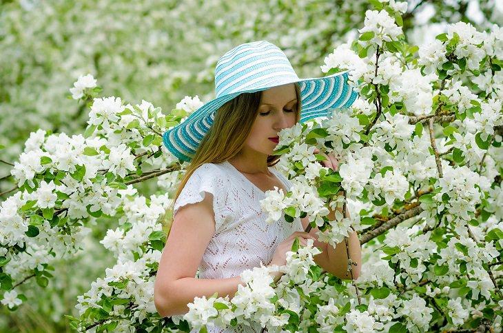 יתרונות בריאותיים של וניל: אישה בשדה פרחים לבנים