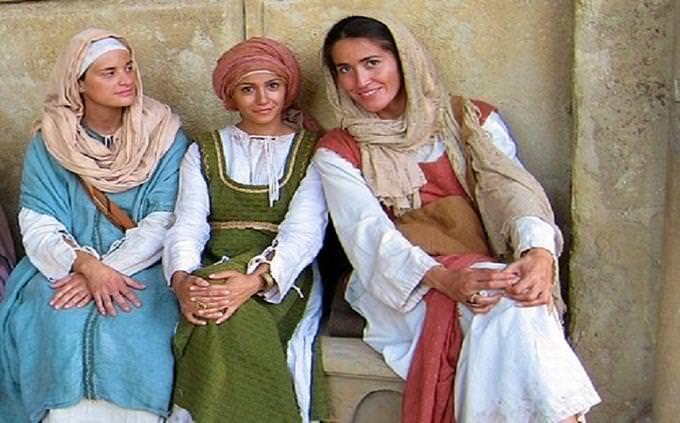 """מבחן טריוויה: 3 נשים לבושות בבגדים במראה תנ""""כי"""